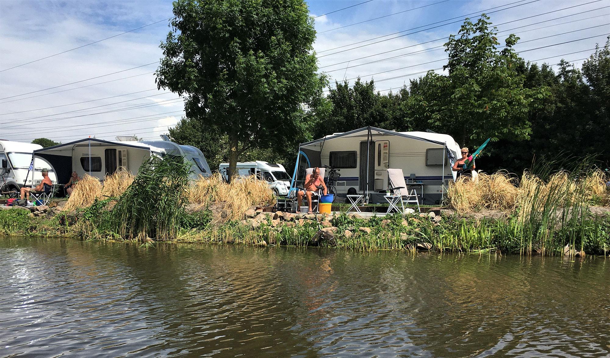 Kamperplaats met prive terras aan het water