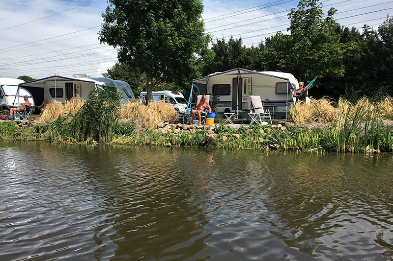 Prive terras aan het water